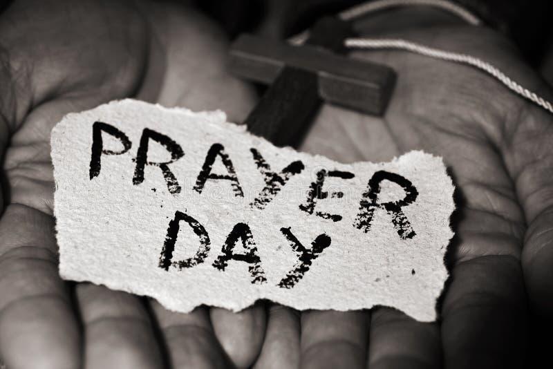 Άτομο με crucifix και κειμένων την ημέρα προσευχής στοκ φωτογραφία