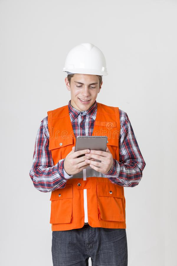 Άτομο μηχανικών που εργάζεται με την ταμπλέτα στο άσπρο υπόβαθρο στοκ φωτογραφίες με δικαίωμα ελεύθερης χρήσης
