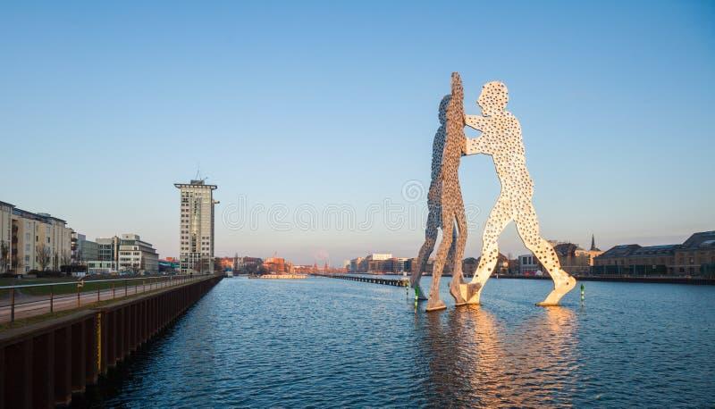 Άτομο μορίων/άτομα και ξεφάντωμα ποταμών, Βερολίνο στοκ εικόνες