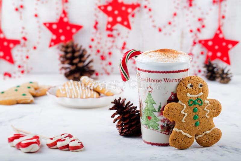 Άτομο μπισκότων μελοψωμάτων και καυτό φλυτζάνι του cappuccino Παραδοσιακό επιδόρπιο Χριστουγέννων διάστημα αντιγράφων στοκ εικόνες