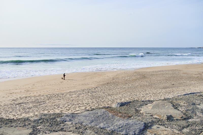 Άτομο μόνο στην παραλία στοκ εικόνες