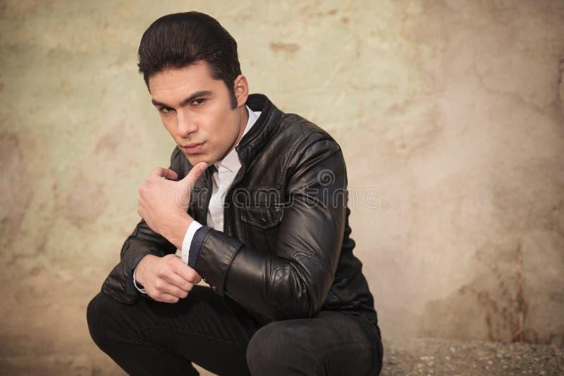 Άτομο μόδας που κρατά τον αντίχειρά του στο πηγούνι στοκ φωτογραφία