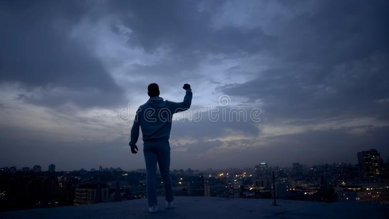 Άτομο νικητών που απολαμβάνει την επιτυχία στο υπόβαθρο εικονικής παράστασης πόλης νύχτας, προσωπική ηγεσία στοκ φωτογραφία με δικαίωμα ελεύθερης χρήσης