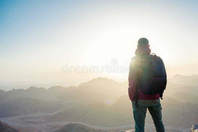 Άτομο πάνω από ένα βουνό στοκ εικόνα με δικαίωμα ελεύθερης χρήσης