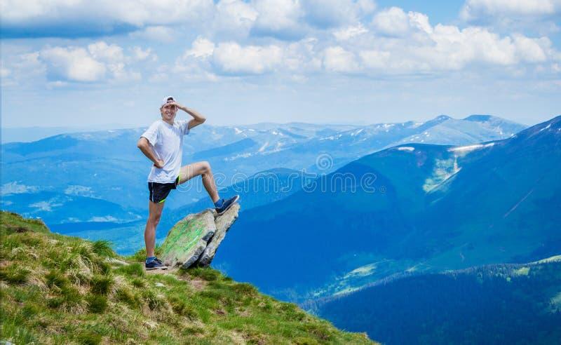 Άτομο πάνω από το δύσκολο βουνό με την όμορφη άποψη στοκ φωτογραφίες
