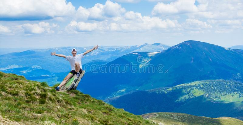 Άτομο πάνω από το δύσκολο βουνό με την όμορφη άποψη στοκ φωτογραφία με δικαίωμα ελεύθερης χρήσης