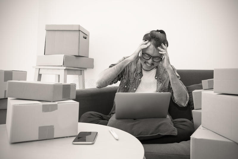 Άτομο πίεσης με τους σωρούς των κιβωτίων, συσκευάζοντας κιβώτιο on-line μάρκετινγκ και παράδοση στοκ εικόνες
