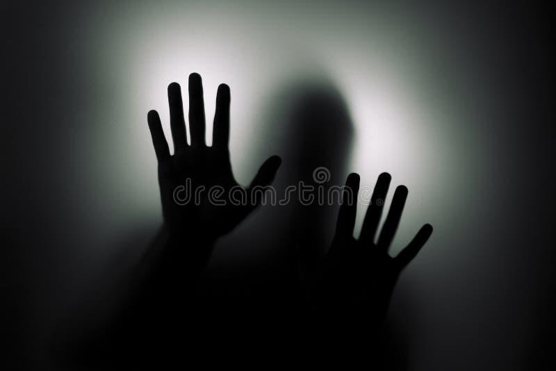 Άτομο πίσω από το γυαλί στοκ εικόνες με δικαίωμα ελεύθερης χρήσης