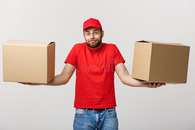 Άτομο παράδοσης πορτρέτου στην ΚΑΠ με την κόκκινη μπλούζα που λειτουργεί ως αγγελιαφόρος ή έμπορος που κρατά δύο κενά κουτιά από  στοκ εικόνα με δικαίωμα ελεύθερης χρήσης