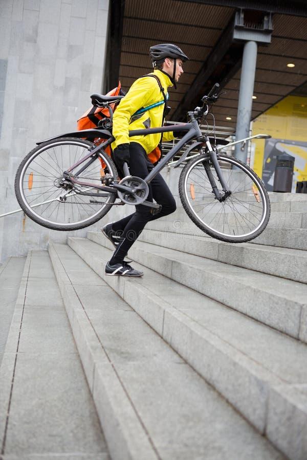 Άτομο παράδοσης αγγελιαφόρων με το ποδήλατο και το σακίδιο πλάτης στοκ εικόνες