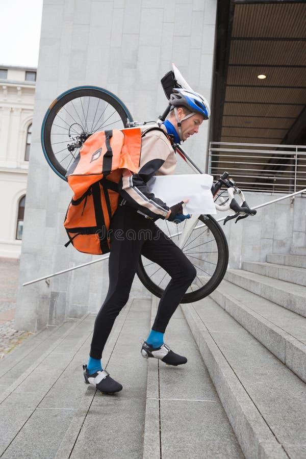 Άτομο παράδοσης αγγελιαφόρων με το ποδήλατο και το σακίδιο πλάτης στοκ φωτογραφίες με δικαίωμα ελεύθερης χρήσης