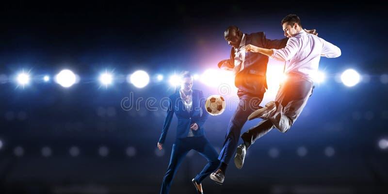 Άτομο ποδοσφαίρου στη δράση με τη σφαίρα r στοκ φωτογραφίες με δικαίωμα ελεύθερης χρήσης