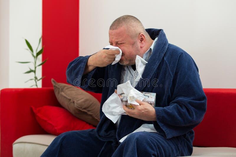 Άτομο που έχει έναν κρύο ιστό εκμετάλλευσης με το σύνολο κιβωτίων των ιστών στοκ εικόνα με δικαίωμα ελεύθερης χρήσης