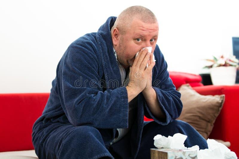 Άτομο που έχει έναν κρύο ιστό εκμετάλλευσης με το σύνολο κιβωτίων των ιστών στοκ φωτογραφία με δικαίωμα ελεύθερης χρήσης