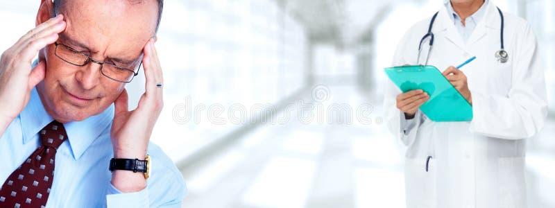 Άτομο που έχει έναν πονοκέφαλο ημικρανίας στοκ φωτογραφία με δικαίωμα ελεύθερης χρήσης