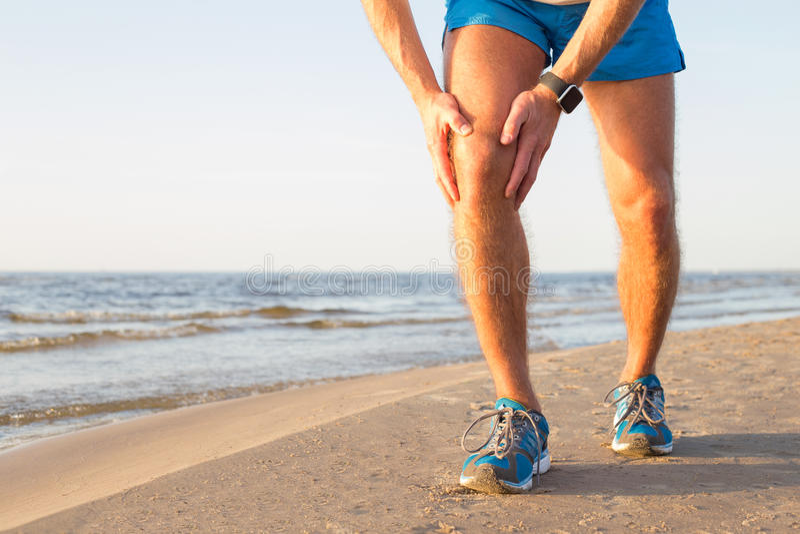Άτομο που έχει έναν πόνο στο γόνατό του στοκ φωτογραφία με δικαίωμα ελεύθερης χρήσης