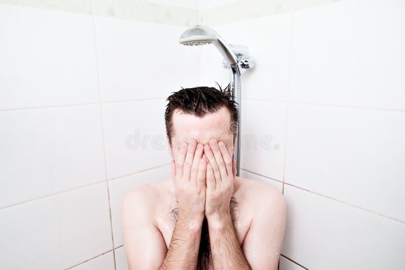 Άτομο που έχει ένα ντους χαλάρωσης Χαλαρώστε στο ντους μετά από μια σκληρή εργασία ημέρας ` s στοκ εικόνες