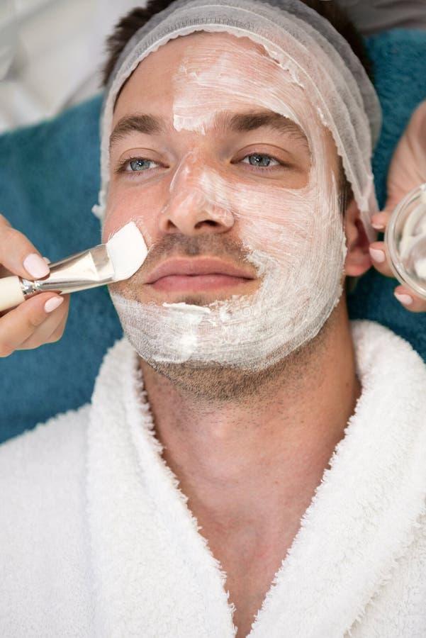 Άτομο που έχει την καλλυντική μάσκα στο σαλόνι SPA στοκ φωτογραφίες