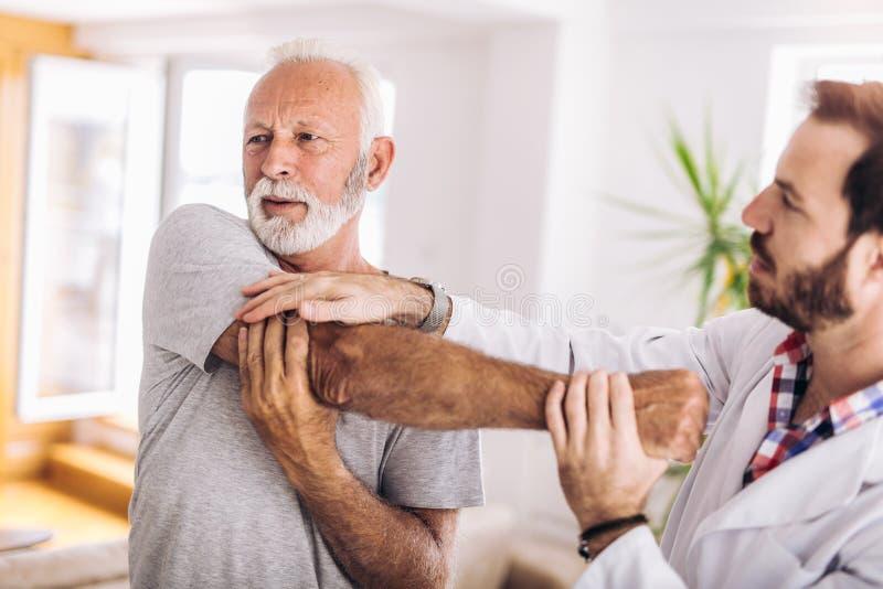 Άτομο που έχει chiropractic τη ρύθμιση βραχιόνων στοκ εικόνα με δικαίωμα ελεύθερης χρήσης