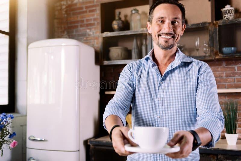 Άτομο που δίνει σας ένα φλιτζάνι του καφέ στοκ εικόνες