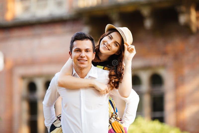 Άτομο που δίνει στην όμορφη φίλη του ένα σηκώνω στην πλάτη στοκ φωτογραφία με δικαίωμα ελεύθερης χρήσης