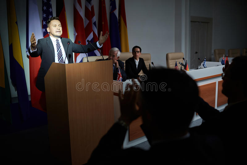 Άτομο που δίνει την ομιλία στη σύνοδο κορυφής στοκ φωτογραφίες