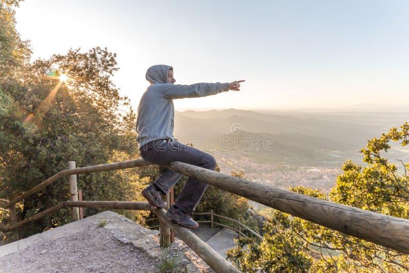 Άτομο που αγνοεί το όμορφο τοπίο στον πάγκο του βουνού στοκ φωτογραφία με δικαίωμα ελεύθερης χρήσης