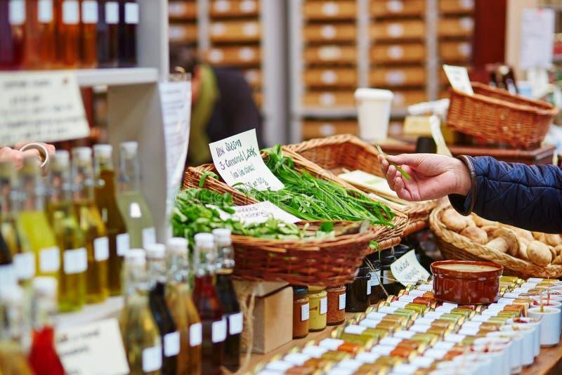 Άτομο που αγοράζει το φρέσκο πράσο στην αγορά στοκ φωτογραφία με δικαίωμα ελεύθερης χρήσης