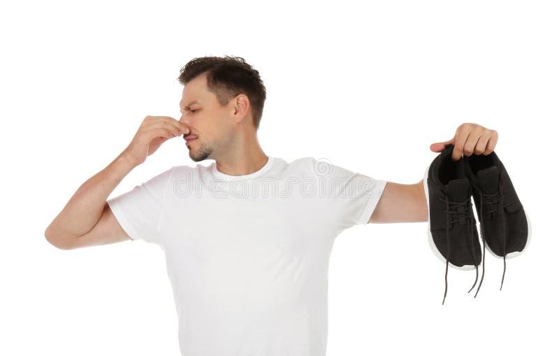 Άτομο που αισθάνεται την κακή μυρωδιά από τα παπούτσια στοκ εικόνες με δικαίωμα ελεύθερης χρήσης