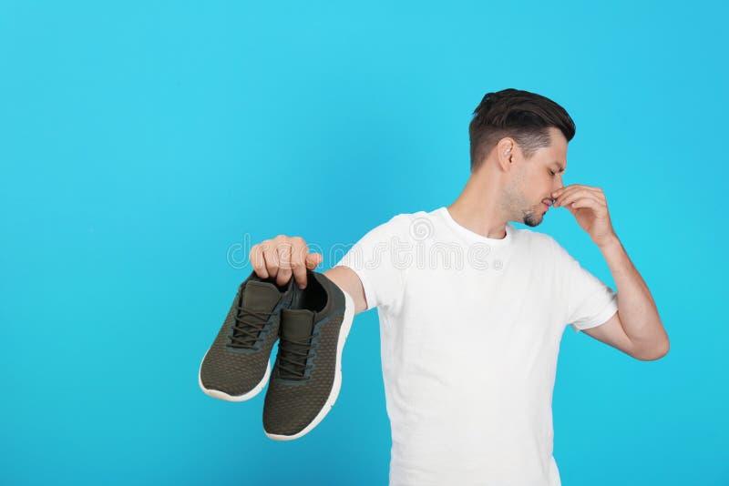 Άτομο που αισθάνεται την κακή μυρωδιά από τα παπούτσια στοκ εικόνα με δικαίωμα ελεύθερης χρήσης