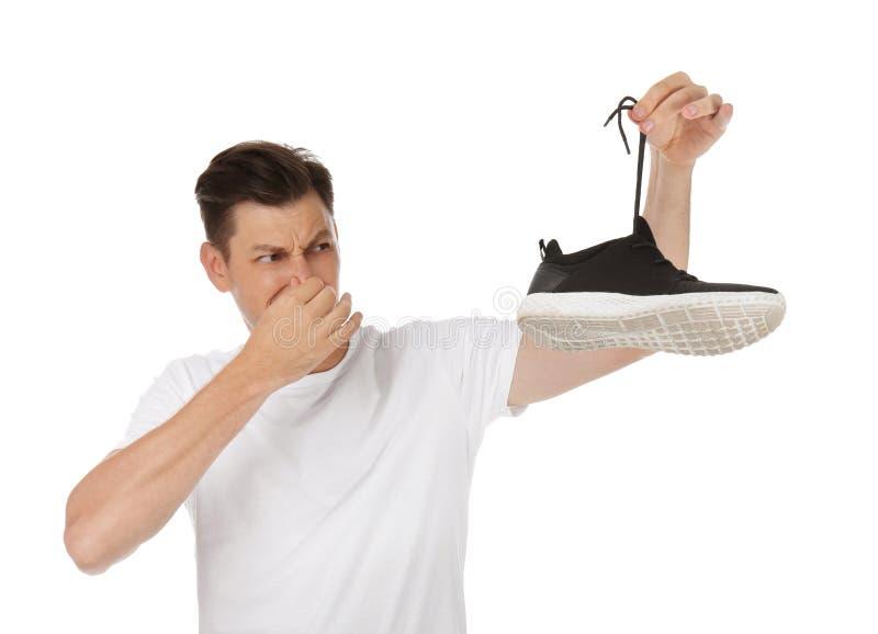 Άτομο που αισθάνεται την κακή μυρωδιά από το παπούτσι στοκ φωτογραφίες
