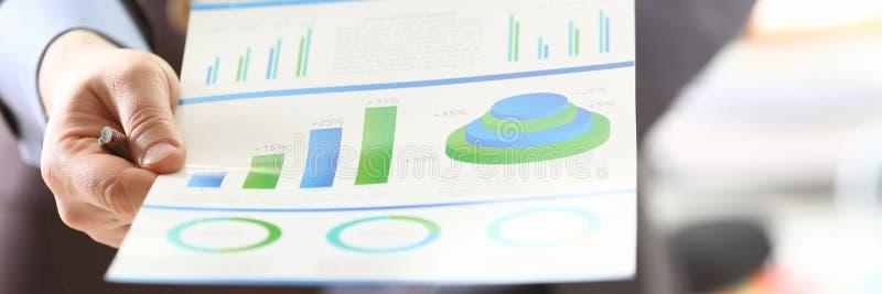 Άτομο Που Αναλύει Τα Έσοδα Της Επιχείρησης Με Χρήση Του Graph στοκ εικόνα