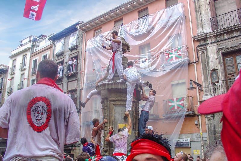 Άτομο που αναρριχείται επάνω στην πηγή Παμπλόνα Ισπανία φραγμών μυών στοκ εικόνα