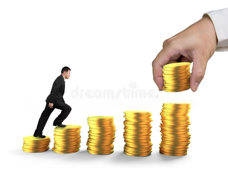 Άτομο που αναρριχείται στα σκαλοπάτια βημάτων των χρυσών νομισμάτων που συσσωρεύονται με το χέρι στοκ φωτογραφία με δικαίωμα ελεύθερης χρήσης