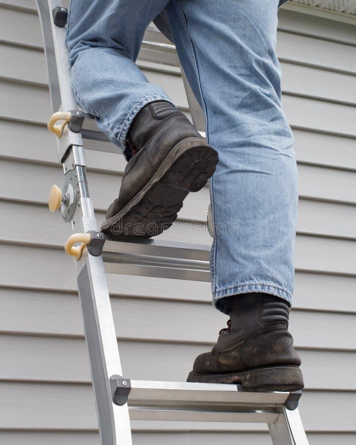 Άτομο που αναρριχείται στη σκάλα στοκ φωτογραφία