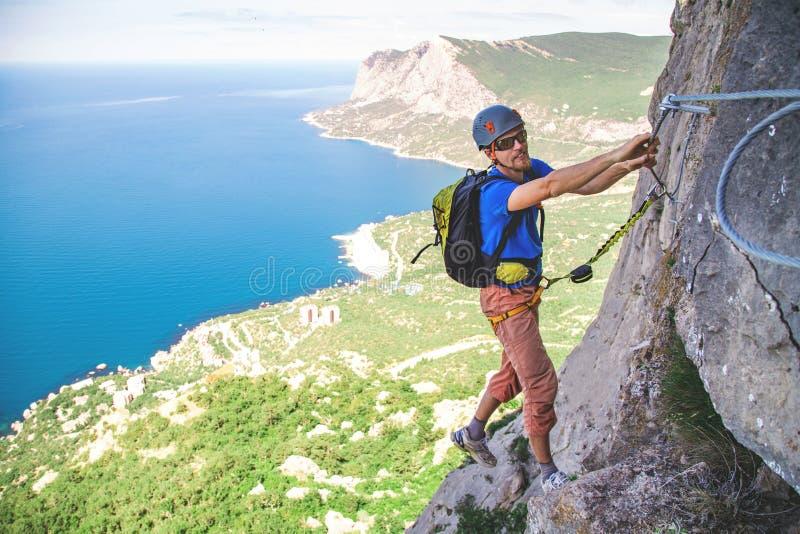 Άτομο που αναρριχείται στο βουνό στοκ εικόνες