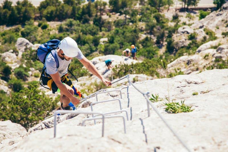 Άτομο που αναρριχείται στο βουνό στοκ φωτογραφίες