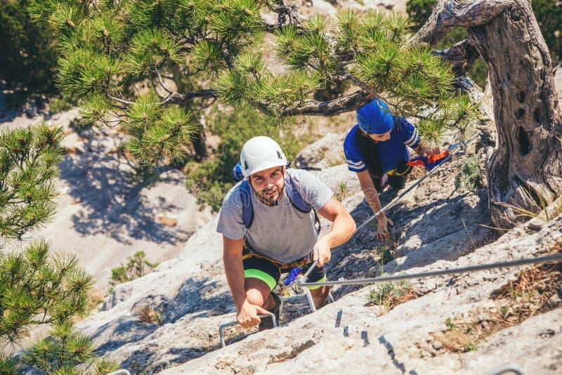Άτομο που αναρριχείται στο βουνό στοκ εικόνα με δικαίωμα ελεύθερης χρήσης