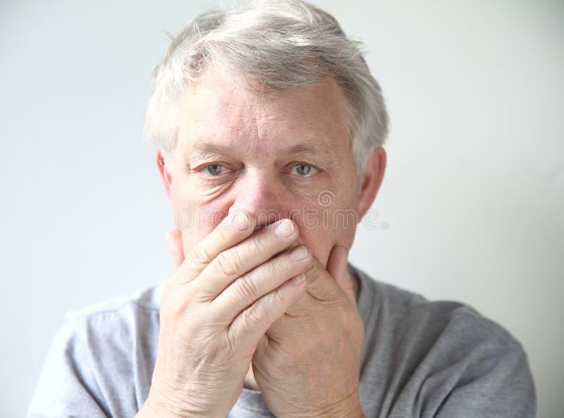 Άτομο που ανησυχείται για την κακή αναπνοή του στοκ φωτογραφία με δικαίωμα ελεύθερης χρήσης