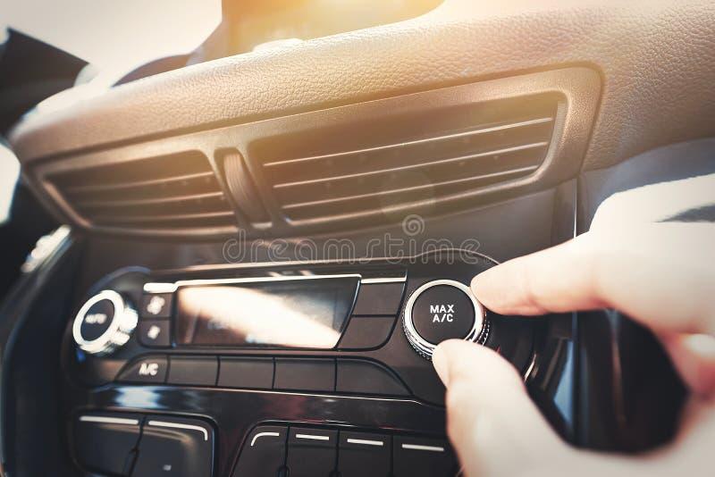 Άτομο που ανοίγει το σύστημα κλιματισμού αυτοκινήτων στοκ εικόνα με δικαίωμα ελεύθερης χρήσης