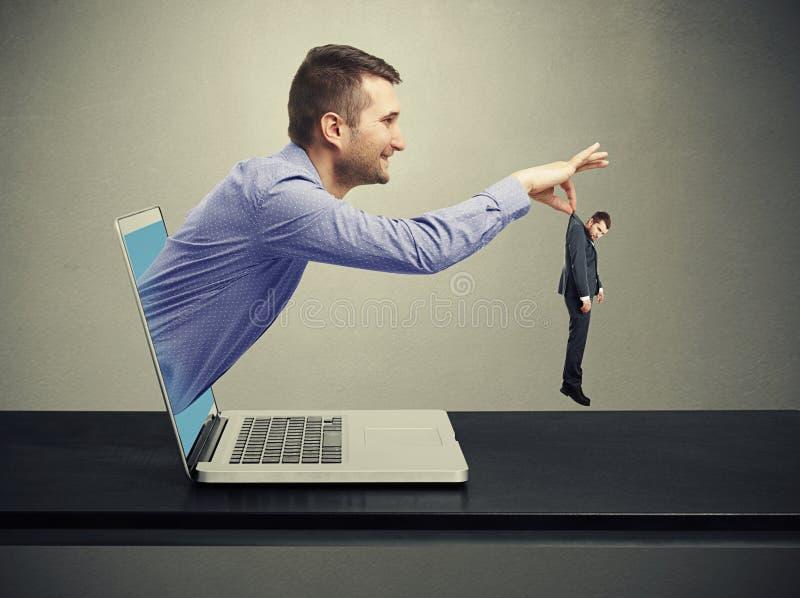 Άτομο που αποκτάται από τον υπολογιστή στοκ εικόνες