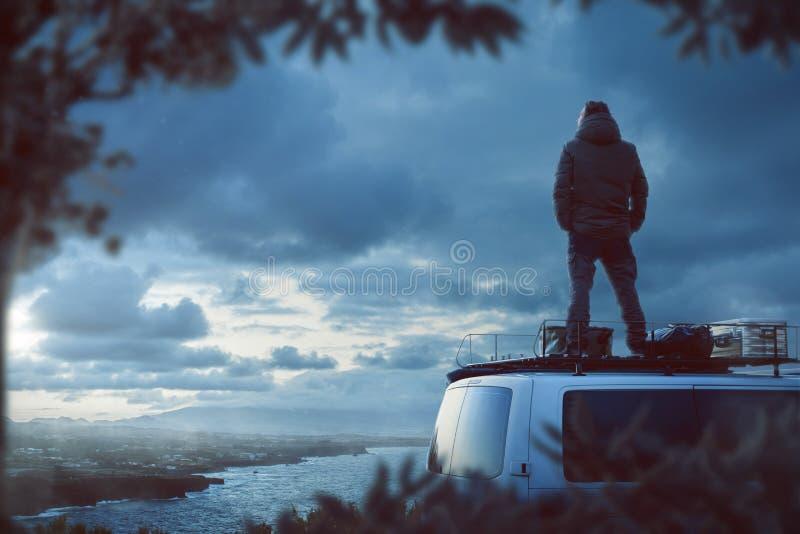 Άτομο που απολαμβάνει τη θέα πάνω από το φορτηγό τροχόσπιτών του στοκ εικόνα με δικαίωμα ελεύθερης χρήσης