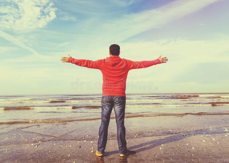 Άτομο που αυξάνει τα χέρια του, εκλεκτής ποιότητας εικόνα ελευθερίας στοκ εικόνα