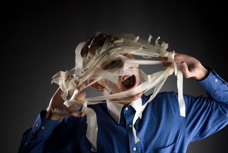 άτομο που αφαιρεί τη χειρουργική ταινία στοκ εικόνα