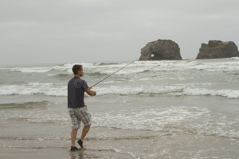 Άτομο που αλιεύει στην κυματωγή στην παραλία Rockaway στοκ φωτογραφία με δικαίωμα ελεύθερης χρήσης