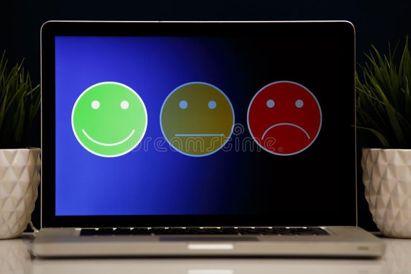 Άτομο που βάζει στην άριστη εκτίμηση προσώπου smiley για μια έρευνα ικανοποίησης, εμπειρία πελατών στοκ φωτογραφίες με δικαίωμα ελεύθερης χρήσης