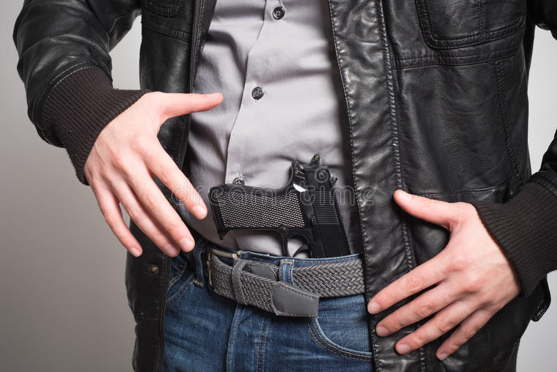 Άτομο που βγάζει ένα πυροβόλο όπλο έτοιμο στοκ φωτογραφίες με δικαίωμα ελεύθερης χρήσης