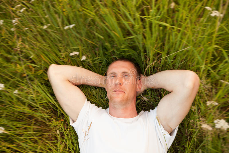 Άτομο που βρίσκεται στη θερινή χλόη στοκ φωτογραφία με δικαίωμα ελεύθερης χρήσης