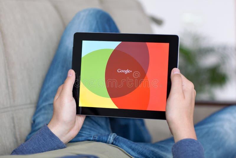 Άτομο που βρίσκεται στον καναπέ και που κρατά iPad με App Google στο Sc στοκ εικόνες