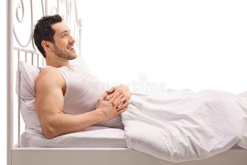 Άτομο που βρίσκεται στο κρεβάτι και που ανατρέχει στοκ εικόνες